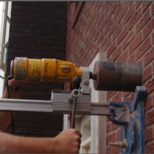 Gat boren in steen, beton, hout of kunststof tbv rookgasafvoer 140mm